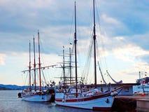 Två fartyg som blir anslöt i hamnplats royaltyfria bilder