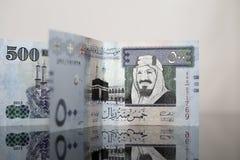 Två femhundra saudierRiyalanmärkningar på mörkt exponeringsglas Arkivbild