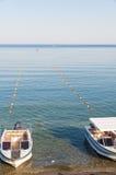 Två feriemotorbåtar förtöjde på stranden i Noviy Svit, Krim, Ukraina Royaltyfri Foto