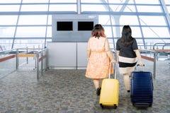 Två feta kvinnor med resväskor Royaltyfria Foton