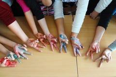 TVÅ FINGRAR: händer av studenten Arkivfoton