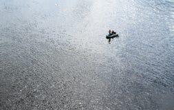 Två fiskare i det rubber fartyget Arkivbilder