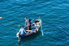 Två fiskare på ett fartyg - Riomaggiore Liguria Italien arkivfoto