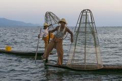 Två fiskare på Inle sjön i Myanmar Arkivbilder