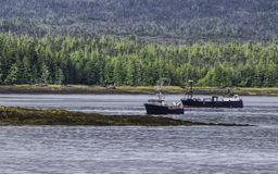 Två fiskebåtar av kusten av Alaska Arkivbilder