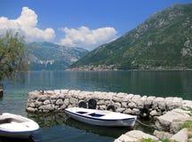 Två fiskebåtar och en liten skeppsdocka i Montenegro Royaltyfri Bild