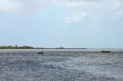 Två fiskebåtar på liten vik av det Arabien havet Karachi Pakistan Fotografering för Bildbyråer
