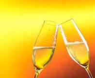 Två flöjter av champagne med guld- bubblor och utrymme för text Royaltyfria Bilder