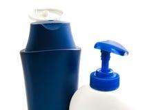 Två flaskor med schampo och duschen stelnar Royaltyfria Bilder