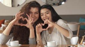 Två flickagesthjärtor på kafét arkivbilder