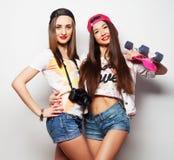 Två flickaskateboradåkare Royaltyfria Foton