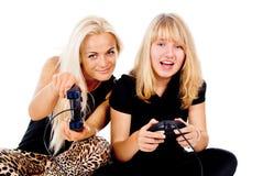 Två flickaspelrumvideospel royaltyfria bilder