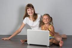 Två flickasystrar tonåring och barn arkivbild
