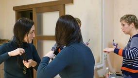 Två flickavänner som skvallrar i dressingmakeuprum lager videofilmer