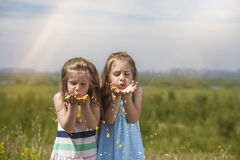 Två flickor är nätta barn i lyckliga le ballonger a för naturen Royaltyfri Fotografi