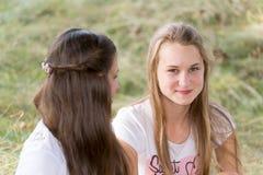 Två flickor av 14 år på naturen Arkivbilder