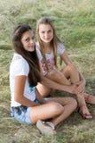 Två flickor av 14 år på naturen Arkivfoto