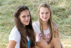Två flickor av 14 år på naturen Arkivbild