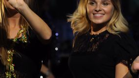 Två flickor dansar på det nya företags partiet för års` s stock video