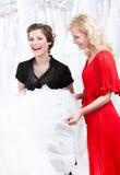 Två flickor diskuterar klänningen Arkivbilder