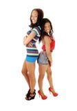 Två flickor drar tillbaka till baksida. royaltyfria bilder