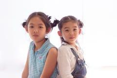 Två flickor drar tillbaka tillsammans Royaltyfria Bilder