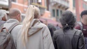 Två flickor går i Venedig Flickvänner imponeras av den berömda staden Turism i Europa V?r lager videofilmer