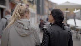 Två flickor går i Venedig Flickvänner imponeras av den berömda staden Turism i Europa V?r stock video