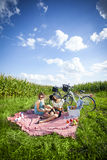 Två flickor gör en picknick på gräs Arkivbilder