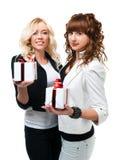 Två flickor ger gåvor Arkivfoto
