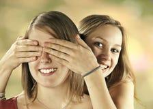 Två flickor har gyckel Arkivbild