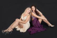 Två flickor i aftonklänningar Royaltyfri Foto