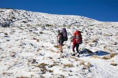 Två flickor i bergen Arkivbilder