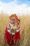 Två flickor i de ryska nationella sundressesna royaltyfri fotografi