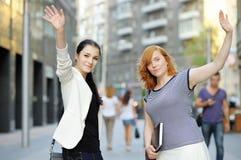 Två flickor i en stad Arkivbild
