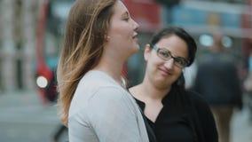 Två flickor i London - ha gyckel på en sighttur stock video