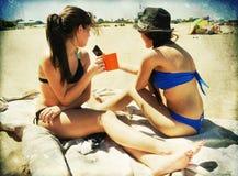 Två flickor i stranden med textur Arkivbild