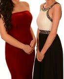 Två flickor i studentbalklänningar Arkivfoto