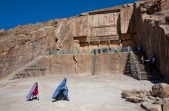 Två flickor i traditionell persisk kläder går vidare staden Persepolis Arkivbilder