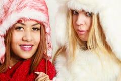 Två flickor i varm vinterklädstående arkivfoto