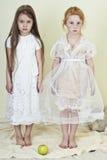 Två flickor like änglar Arkivfoton
