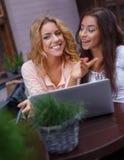 Två flickor med bärbara datorn Arkivfoto