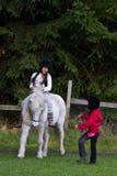 Två flickor med en häst Royaltyfria Foton