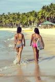 Två flickor med en surfingbräda Royaltyfri Fotografi