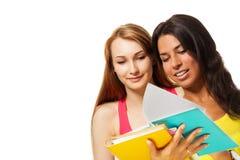 Två flickor med excersiceböcker Arkivbild