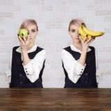 Två flickor med frukter Royaltyfria Bilder