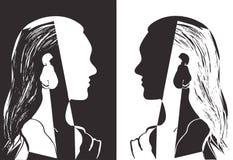 Två flickor med långt hår som ser de Grå och vit vektorillustration Kontur av kvinnahuvudet profil stock illustrationer