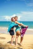 Två flickor med pareo arkivfoton
