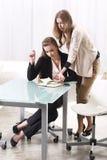 Två flickor near exponeringsglaset Royaltyfri Bild
