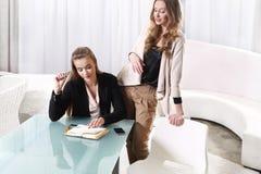 Två flickor near exponeringsglaset Fotografering för Bildbyråer